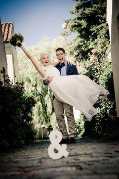 En brudekjole er en kjole, som udelukkende anvendes i forbindelse med bryllup eller vielse. Brudekjolen er traditionelt hvid, men også pastelfarver som cremehvid, champagne og bleg-rosa forekommer.  http://www.bryllupsfotograf.info/brudekjoler/ #brudekjole #brudekjoler #bryllup #brud #kjole
