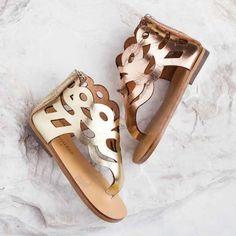 Детски сандали в старинен стил от естествена кожа, с цип в задната част за по-лесно обуване. Предлагат се в два цвята-злато и мед. Hermes Oran, Palm Beach Sandals, Stella Mccartney Elyse, Gladiator Sandals, Girls Shoes, Little Girls, Tory Burch, Fashion, Moda