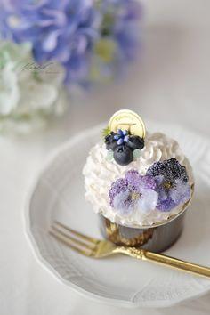 生クリームたっぷりのカップケーキに砂糖漬けにしたビオラを飾りました。