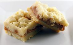 Salted Caramel Butter Bars Recipe - Yes these are rich. Yes they are supremely buttery. Yes, they melt in your mouth. No, you cannot just eat one. They are just that amazingly good. Chocolate Twix, Chocolate Oatmeal, Just Desserts, Delicious Desserts, Yummy Food, Delicious Cookies, Salted Caramel Bars, Desserts Caramel, Caramel Cookies