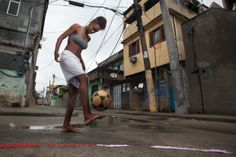 Mulheres e futebol: 'Bola e chuteira são objetos de desejo e trazem status, e a possibilidade de viajar representando o Brasil é um dos maiores estímulos', diz a fotógrafa Marcia Zoet