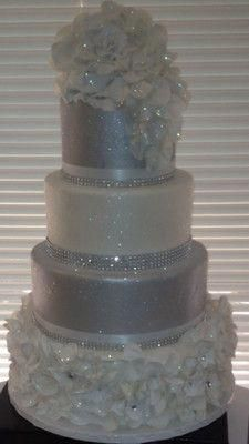 Glitter wedding cakes - idea in 2017 Bling Wedding Cakes, Bling Cakes, Elegant Wedding Cakes, Beautiful Wedding Cakes, Gorgeous Cakes, Wedding Cake Designs, Fancy Cakes, Pretty Cakes, Trendy Wedding
