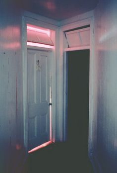 Despite the war here between shabby/chic, This doorway is pretty in pink. Indie, Neon Lighting, Vaporwave, Retro, Pretty In Pink, Art Photography, Lights, Vintage, Inspiration