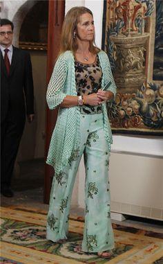 El original look de la infanta Elena en Mallorca en la app de MujerHoy. Spanish Woman, Estilo Real, Smart Dress, Advanced Style, Crochet Fashion, Summer Looks, Her Style, African Fashion, Body