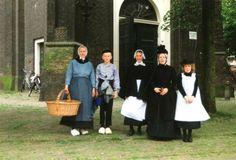 Geschiedenis van Vlaardingen - Klederdrachten uit 1890. De kleding was afkomstig uit het Museum Vlaardingen. Op deze foto staan 5 personen in klederdracht voor de deur van de Grote Kerk op de Markt. Op 25 juli 1890 kreeg de Arnold Hoogvlietstraat officieel zijn naam. Dit werd 100 jaar later gevierd. 1991 #ZuidHolland #Vlaardingen
