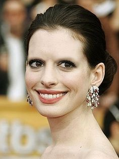 Anne Hathaway without eyebrows. They really matter Anne Hathaway, Funny Eyebrows, Bad Eyebrows, Eye Brows, Worst Eyebrows, Eyebrow Fails, Eyebrow Brush, Eyebrow Trends, Eyebrow Game