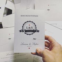 """CARTE ROYALE auf Instagram: """"Flugzeuge im Bauch Flugzeug ✈️ Einladungskarte mit Fluglotsen, Flugplan und Terminals. #individuellepapeterie #hochzeitseinladung…"""" Planer, Playing Cards, Instagram, Airplanes, Cordial, Getting Married, Invitations, Game Cards"""
