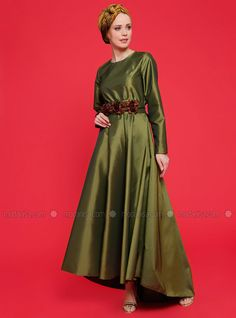 The perfect addition to any Muslimah outfit, shop Meryem Acar's stylish Muslim fashion Green - Crew neck - Unlined - Dress. Find more Dress at Modanisa! Muslim Fashion, Modest Dresses, Green Dress, Evening Gowns, Dress Outfits, Awards, Crew Neck, Stylish, Shopping
