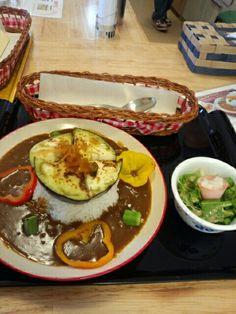 今日のお昼ご飯は夏野菜カレーライスセット食べていますなう。