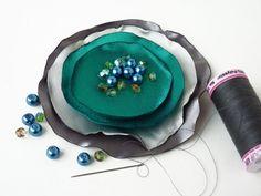 DIY: cómo hacer un broche con círculos de satén.
