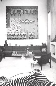 Un tapete diseñado por Cynthia Sargent colgaba en una estancia apartamento en Guadalajara, México, alrededor de 1967 Arq. Erich Coufal Rug designed by Cynthia Sargent hanging in the living room of an apartment in Guadalara, Mexico, circa 1967