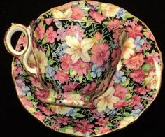 I love this pattern, so beautiful with the black background. Royal Winton FLORENCE chintz simplyTclub Tea cup and saucer Vintage Dishes, Vintage Tea, Vintage Party, Vintage China, Café Chocolate, Teapots And Cups, Teacups, Cuppa Tea, Le Diner