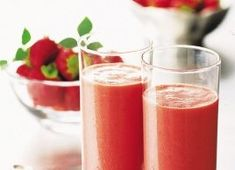 This refreshing strawberry yogurt smoothie takes only a few minutes to prepare, and is ideal as a nourishing start to the day.