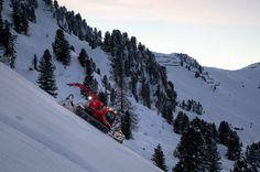 Mit 78 Prozent Gefälle ist sie steiler als die Anlaufspur einer Skisprungschanze: Die Harakiri ist die schwärzeste Piste Österreichs. Aufgrund der extremen Neigung ist auch die Präparierung eine Herausforderung. Für die Instandhaltung des Steilhangs ist Christoph Egger verantwortlich. Mount Everest, Snow, Mountains, Nature, Travel, Outdoor, Ski Resorts, Starry Lights, Ski
