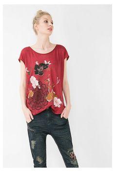801d1a6808 Camiseta roja de manga corta Desigual. ¡Descubre la colección  otoño-invierno 2016!