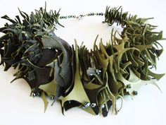 Michèle Forest parure en cuir bicolore et perles de verre