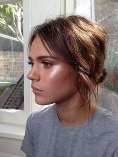I love her highlighting! I think that she used NARS Illuminator in Copacabana... it's gorgeous!