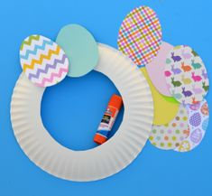 This easy paper Easter wreath is a great craft for kids and adults. The post This easy paper Easter wreath is a great craft for… appeared first on Pinova. Easter Crafts For Toddlers, Daycare Crafts, Bunny Crafts, Easter Activities, Easter Crafts For Kids, Toddler Crafts, Craft Activities, Preschool Crafts, Easter Ideas