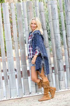 Poncho de Mango combinado con shorts, perfecto para un día en el campo #moda #spanishblogger #style