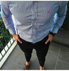 One great thing about men's fashion is that while most trends come and go, men's wear remains stylish and classy. However, for you to remain stylish, there are men's fashion tips you need to observe. Work Casual, Men Casual, Casual Wear, Preppy Mode, Look Office, Preppy Mens Fashion, Preppy Style Men, Fashion Tips, Fashion Design