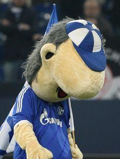 Schalkes Maskottchen Erwin verlässt mit hängendem Kopf das Spielfeld. Seine Jungs trennten sich nur 1:1 von Eintracht Frankfurt, obwohl definitiv mehr drin gewesen wäre. (Foto: Friso Gentsch/dpa)