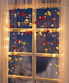 25 Fantastische Weihnachtsfenster-Dekor-Ideen 25 Fantastic Christmas Window Decor Ideas 25 Fantastic Christmas Window Decor Ideas Today, people have come up with many creative ways to decorate their h Noel Christmas, Christmas Projects, Christmas Ornaments, Christmas Tree Ideas, Fun Projects, Outdoor Christmas, Homemade Christmas, Christmas Christmas, Christmas Window Decorations