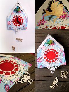 Reloj de cuco de papel recortado, cartulina y papel de regalo reciclado.
