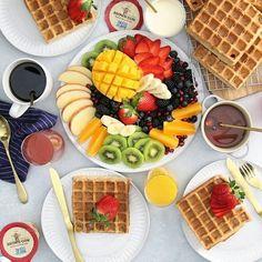 Sweet and Savory Waffle Bar - - Frühstück - Waffel Healthy Breakfast Menu, Breakfast Platter, Breakfast Recipes, Breakfast Toast, Dinner Healthy, Savory Waffles, Fluffy Waffles, Waffle Bar, Food Platters