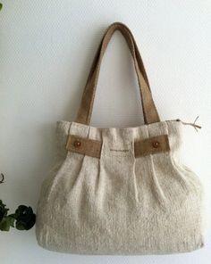 He utilizado lino antiguo para este bolso plisado, tiene gran calidad, aunque es más de 100 años. La tela tiene una textura bella y el recorte de