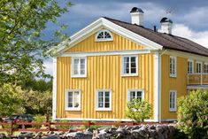 Classic Swedish house in yellow with white trim. This is a beautiful yellow home in the country with gabled roof topped with two white chimneys. Yellow House Exterior, Exterior Trim, Exterior Colors, Swedish Farmhouse, Modern Farmhouse Exterior, Swedish House, Gable Roof Design, Cape Cod Style House, Yellow Houses