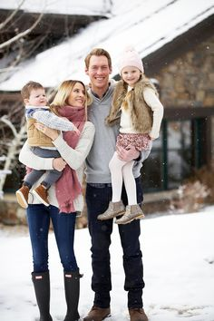Family Photo Colors, Fall Family Photo Outfits, Winter Outfits, Weekender, Winter Family Pictures, Family Pics, Family Posing, Winter Family Photography, Children Photography