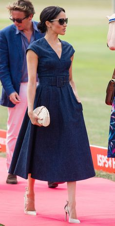 Meghan Markle style and outfits are adored by many fans all over the world. We have collected the best Meghan Markle outfits for you! Estilo Meghan Markle, Meghan Markle Dress, Meghan Markle Outfits, Meghan Markle Style, Meghan Markle Fashion, Megan Markle Wedding Dress, The Suits, Denim Midi Dress, Denim Dresses