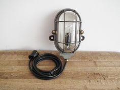Kleine industriële MAPELEC wandlamp. www.hal72.nl