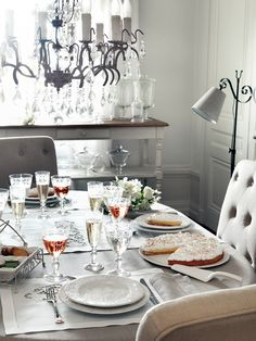 Une table toute en féminité avec une assiociation des textiles Idylle (en ramie et coton rehaussé d'une broderie ajourée faite main et bordé d'un jour Richelieu) et Bruges et de la vaisselle Herbes Folles
