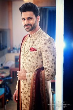Vivek Dahiya was looking handsome in creamy embroidered sherwani. 9 Jul 2016