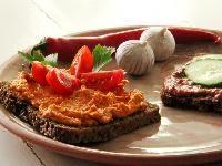 To slags smørepålæg  - spicy bønnespread og rød hummus
