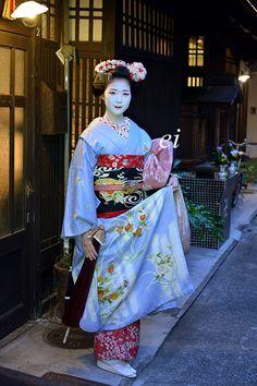 Maiko (now geiko) Toshisumi of Miyagawacho Japanese Geisha, Japanese Kimono, Japanese Outfits, Japanese Fashion, Kimono Chino, Kabuki Costume, Japanese Lifestyle, Memoirs Of A Geisha, Body Poses