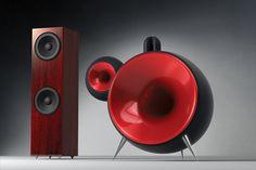 """Das Design dieser Lautsprecher da links gefällt mir richtig gut. Die Idee, hinter dem Horn diesen riesigen """"Tropfen"""" anzubringen finde ich..."""