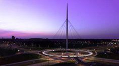 El 'Hovenring' es un innovador puente circular para el uso de bicicletas que fue encargado por la ciudad holandesa de Eindhoven. Este puente está suspendido por su alta torre de 70 metros de altura y representa una referencia para la ciudad. Fuente: http://hovenring.com