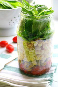 Włoska sałatka lunchowa z makaronem, pieczonymi pomidorkami i szpinakiem – Even Better Food