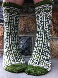 Ravelry: Liseron pattern by Rose Hiver, WOW. I so want to make socks Crochet Socks, Knit Mittens, Knitting Socks, Hand Knitting, Knit Crochet, Knit Socks, Knitting Designs, Knitting Patterns, Diy Kleidung