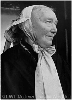 Nordrhein-Westfalen. Alte Volkstrachten: Frau mit Haube aus Lünten. 1952 #Muensterland