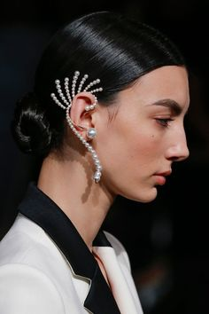 Close-up pictures of the runway jewelry from New York Fashion Week, including designer earrings, necklaces, bracelets, and more. Big Jewelry, Statement Jewelry, Pearl Jewelry, Jewelry Accessories, Fashion Accessories, Jewelry Design, Fashion Jewelry, Fashion Goth, Jewellery