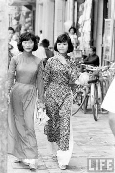 "Vintage Photos of Vietnamese Women Dressing in ""Ao Dai"" on the Streets of Saigon in the 1960s"