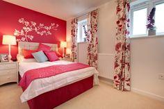 Pour rendre l'intérieur d'une pièce moderne, colorez l'un des murs d'une des couleurs vives présentes dans la pièce.