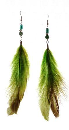 Aretes de plumas verde claro, con piedras naturales y vidrio