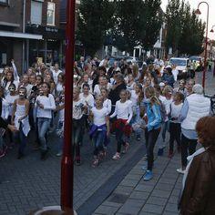 Foto's optocht deel 1 in Bodegraven  Bodegraven liep weer uit voor de jaarlijkse optocht tijdens de Najaarsmarkt in Bodegraven. Veel scholen verenigingen en bedrijven deden mee aan de optocht op donderdagavond 10 september in Bodegraven. Meer dan 40 wagens deden dit jaar mee en deden een gooi naar de 1e prijs. Bekijk hieronder de fotoserie van de optocht 2015. #rebonieuws #bodegraven #reeuwijk #najaarsmarkt