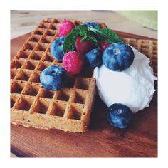 Glutenvrije wafels met kokosyoghurt Waffles, Gluten Free, Sugar, Breakfast, Food, Glutenfree, Morning Coffee, Essen, Waffle