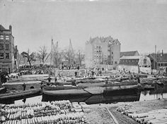 We zien hier de bouwplaats van theater carre,  vanaf de onbekende gracht. Achteraan zien we de Amstel . Ca.1887 Amsterdam, Paris Skyline, New York Skyline, Theater, Travel, Nostalgia, Viajes, Theatres, Destinations