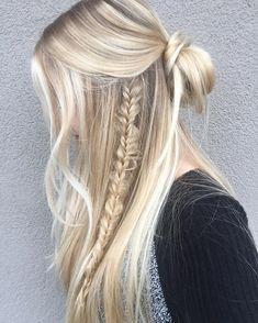 acconciatura per i capelli lunghi con una treccia a lato